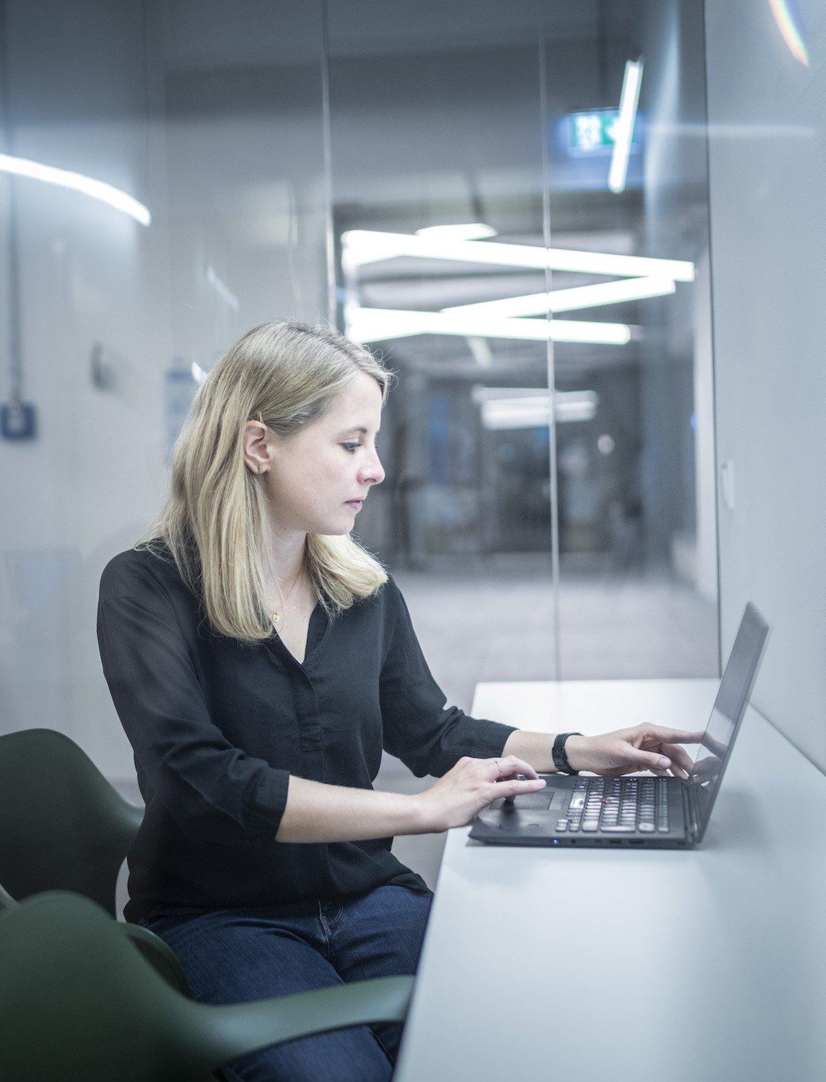 Verena am Computer